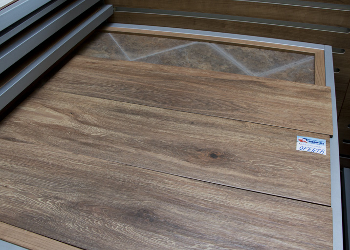 Azulejo de madera en el outlet de Materiales de Construcción Buenavista