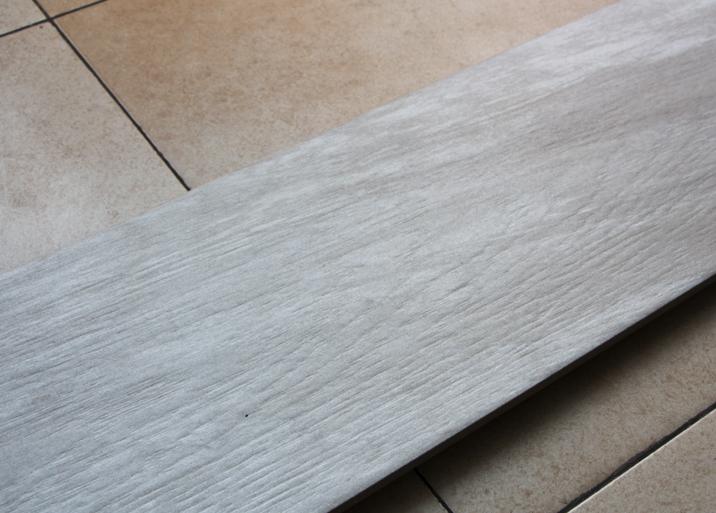 Azulejos madera clara en el outlet de Materiales de Construcción Buenavista
